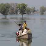 Families take boats to flooded villages, Mehran Town, Dadu District, Sindh, Pakistan / Photo: Caroline Gluck/Oxfam